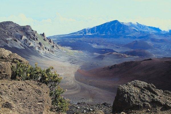 Los volcanes de arcilla de secado al aire y papel maché son una forma divertida de estudiar dicho rasgo geográfico.