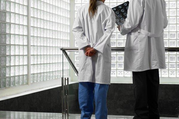 El administrador reporta a la junta directiva o fideicomisarios del hospital sobre los aspectos operativos de gobierno, presenta informes y hace una revisión de las políticas, los marcos y presupuestos.