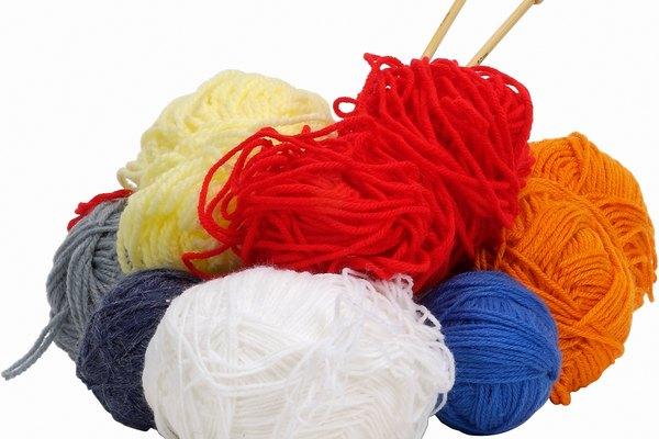 Usa lana para crear la barba de un disfraz.