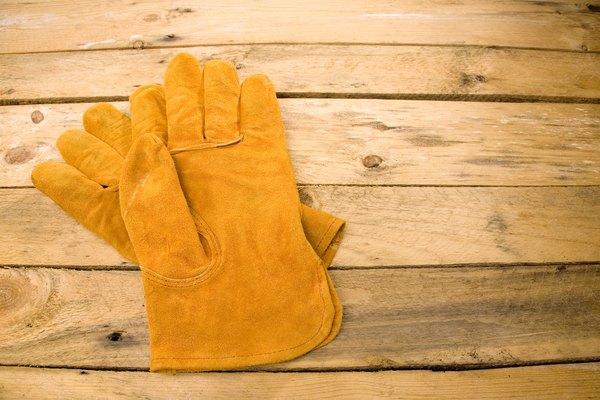 Utiliza guantes de trabajo cuando cortes el cartón.