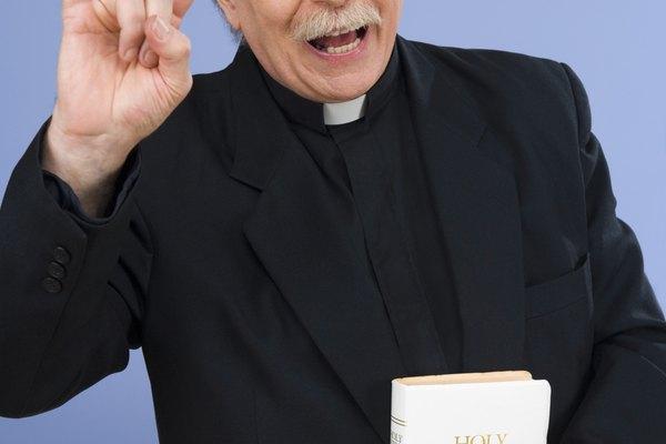 Cómo crear un disfraz de sacerdote.