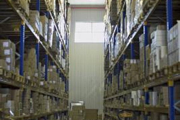 El empleado de inventario de bodega se encarga de mantener en orden los registros y el inventario.