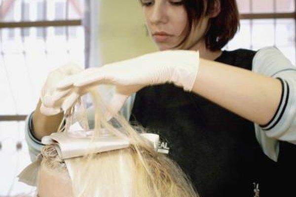Todos los estados requieren que un peluquero aprueba un examen para obtener su licencia.