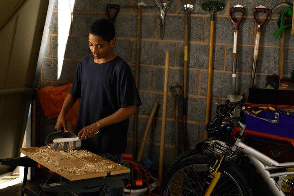 Dale un buen uso a tu aserrín, creando una masilla de madera para utilizar en el taller.