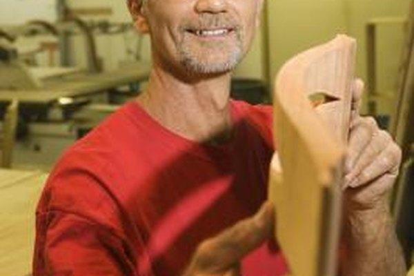 Los carpinteros de muebles se pueden personalizar a través de piezas de madera tallada.