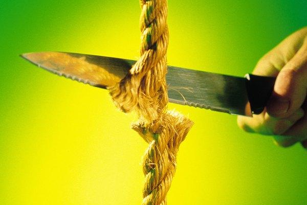 Corta tres trozos de cuerda.
