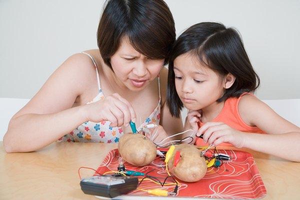 Usando clavos de cobre y cinc puedes hacer que una patata produzca electricidad.