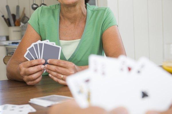Los juegos de cartas son divertidos para pasar la tarde.