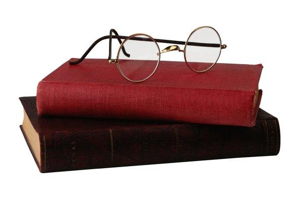 Usa paños suaves en los libros cubiertos de tela, y frota en dirección al tejido.