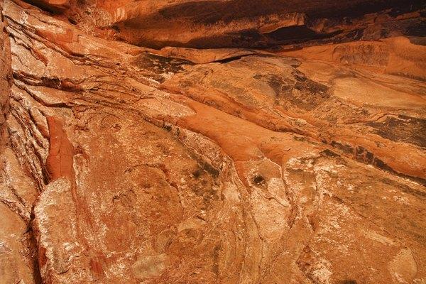 Las partículas erosionadas de las rocas se depositan en áreas cercanas.