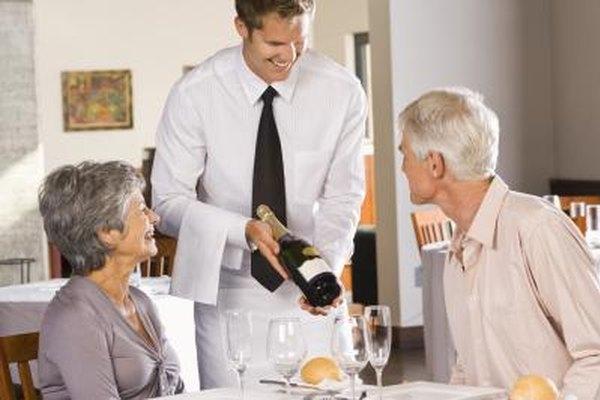 Los camareros de establecimientos elegantes deben conocer sobre vinos y sobre el servicio adecuado.