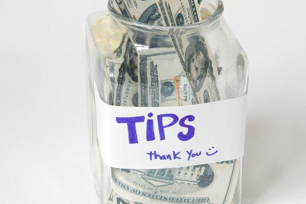 Otra idea es crear un tarro de propinas que hace algo, como un ruido fuerte cuando alguien pone dinero en él.
