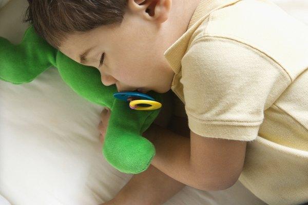 Tu hijo pequeño debería hacer una exitosa transición a una cama para infante con el tiempo.