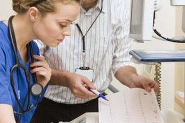 Los técnicos médicos trabajan con los doctores para asegurar que los aparatos médicos funcionen bien.