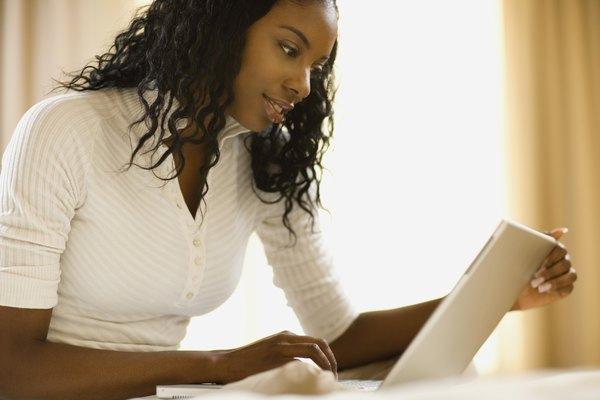 Una mujer en una computadora portátil.