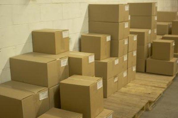 Cajas organizadas al hacer un inventario.
