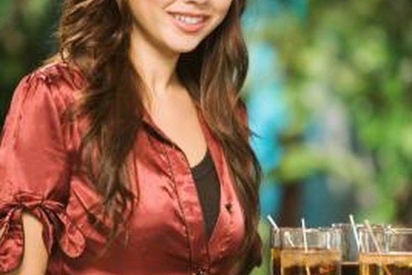 Vístete profesionalmente para la entrevista de un puesto de camarera en un bar de cócteles.