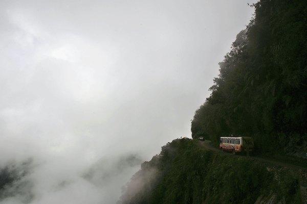 Un camión en la carretera de las Yungas