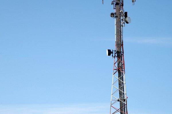 Las antenas se utilizan para enviar y recibir señales de frecuencia. Las antenas de frecuencia muy alta (VHF) y de frecuencia ultra alta (UHF) están diseñadas para transmitir y recoger los diferentes rangos de frecuencias en el espectro radioeléctrico.