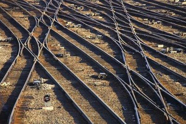 Los operadores de vías hacen todo lo necesario para que los trenes pasen de manera segura.