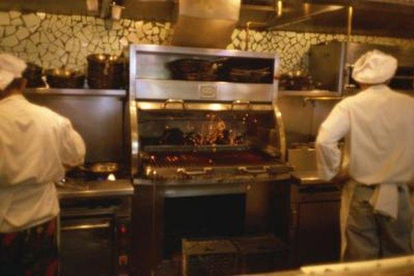 Los cocineros de línea son usualmente responsables de una estación específica durante el servicio.