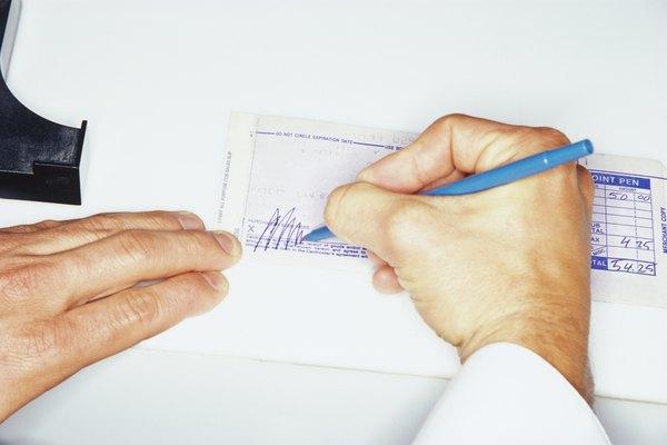 Llenar una ficha de depósito es una manera fácil de facilitar un depósito bancario.