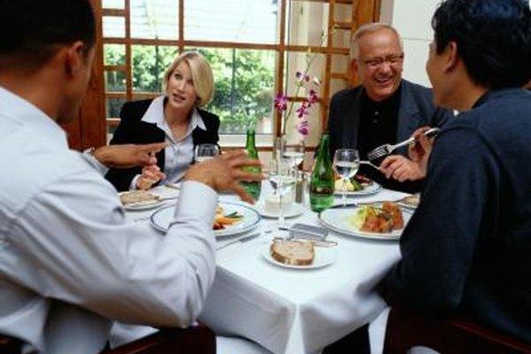 Mantén un tono profesional, incluso durante una entrevista en un almuerzo.