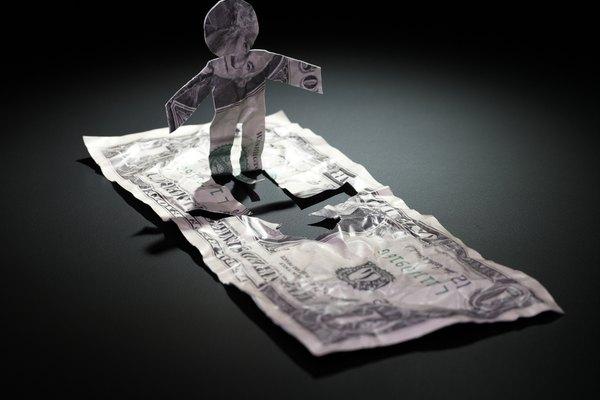 El estado de flujos de efectivo concilia la utilidad neta con el cambio del dinero en efectivo.
