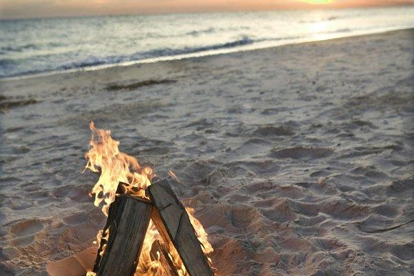 El viento puede hacer que encender una fogata en la playa sea difícil.