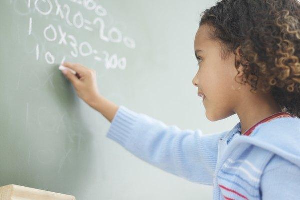 Una niña ejercitando sus habilidades matemáticas.