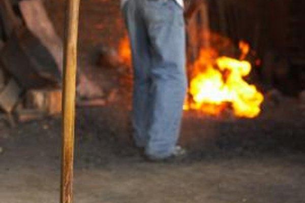 Los herreros trabajan con los propietarios de equinos y con criadores para mantener a los caballos sanos.