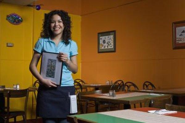 Un camarero depende principalmente de las propinas para sus ingresos.