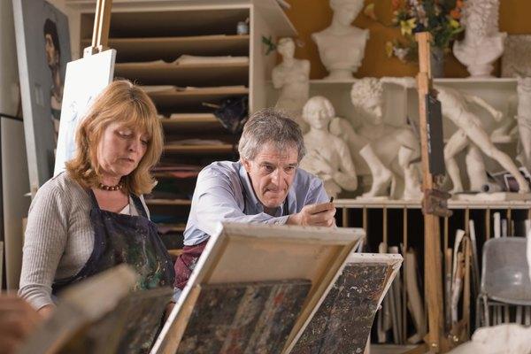 Las escuelas de arte sirven tanto para quienes deseen seguir una carrera en el arte como para quienes simplemente desean expresarse artísticamente como una afición.
