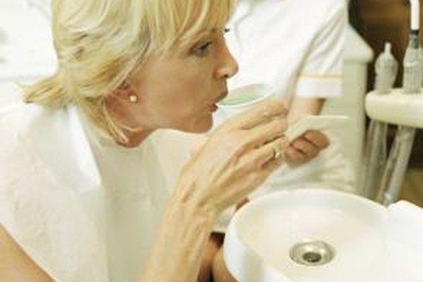 Los asistentes dentales ayudan a los pacientes a sentirse cómodos.