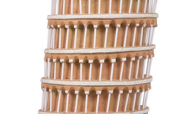 Discute con los niños la construcción de la torre inclinada de Pisa y la razón por la cual está inclinada hoy en día.