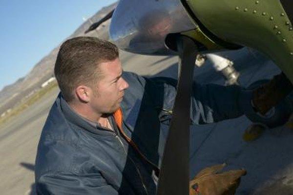Los mecánicos de aeronaves deben cumplir con los requisitos de la FAA.