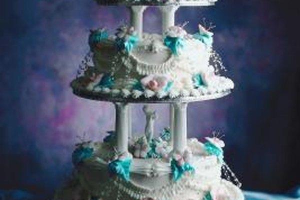 El montaje de pasteles con varias capas requiere de práctica.