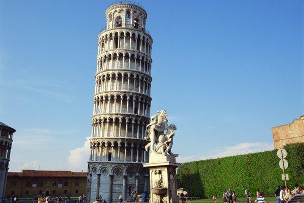Utiliza los crayones para dibujar alrededor de la torre terminada.