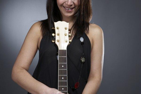 Practicar en una guitarra acústica te ayudará a construir callos rápidamente.