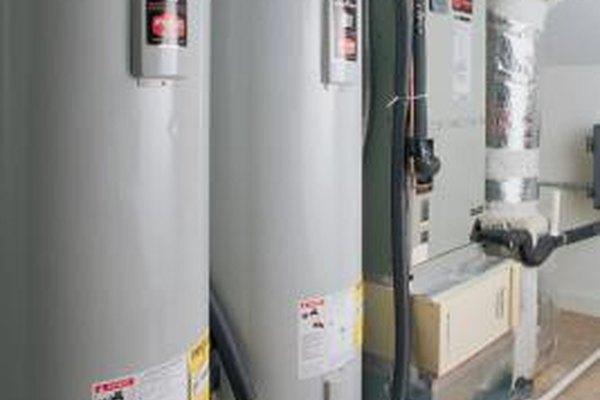 Los instaladores de climatización trabajan con equipos de calefacción y enfriamiento de varios tamaños.
