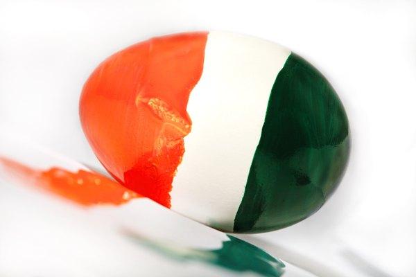 Un huevo de avestruz pintado puede agregar color a tu hogar.