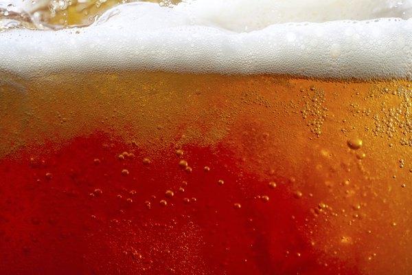 Detalle de una cerveza en un vaso.
