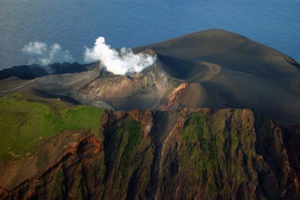 Los volcanes submarinos son menos peligrosos que los volcanes en tierra.