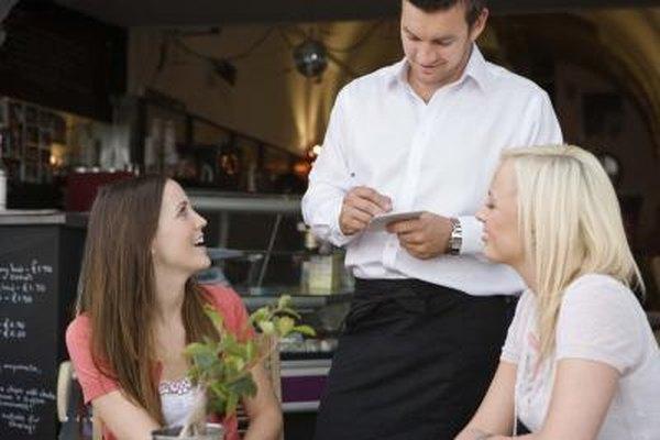 Los dueños de los restaurantes buscan empleados que tengan conocimiento de la comida y el vino.