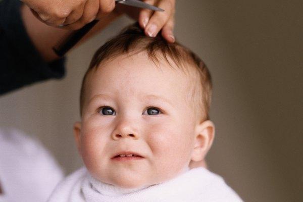 Conmemora el primer corte de pelo de tu bebé en un libro de recuerdos.