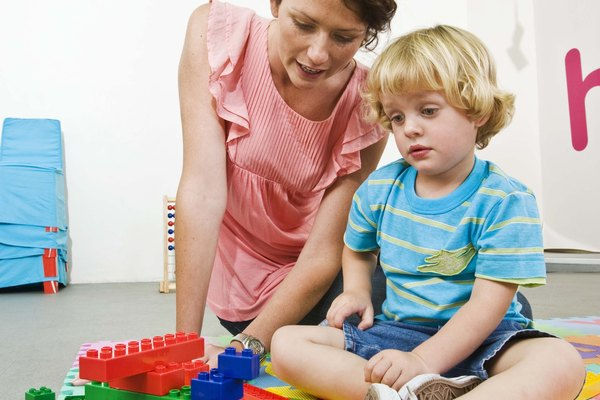 Anima a tu pequeño aprendiz a apilar bloques o cajas altas, luego, haz una fila de bloques o cajas para bajo.