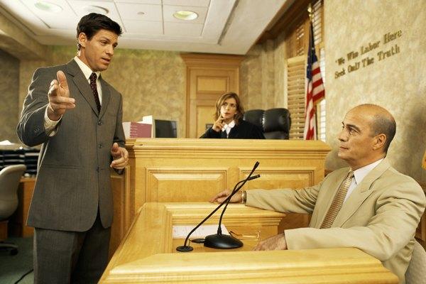Un abogado con un cliente en la corte.