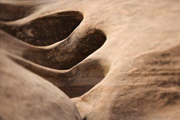 Los ácidos naturales crean agujeros en piedras de silicato.