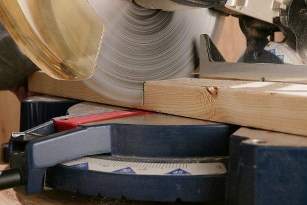 Las sierras cruzadas cortan la madera a la longitud deseada.