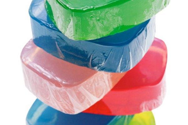 Además de postres y jabones, la gelatina puede usarse para hacer pegamento.